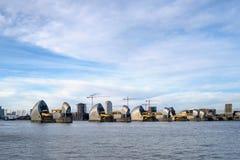 ЛОНДОН - 10-ОЕ ЯНВАРЯ: Взгляд барьера Темзы в Лондоне 10-ого января Стоковое Изображение RF