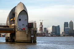 ЛОНДОН - 10-ОЕ ЯНВАРЯ: Взгляд барьера Темзы в Лондоне 10-ого января Стоковая Фотография RF