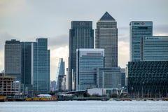 ЛОНДОН - 10-ОЕ ЯНВАРЯ: Взгляд современных зданий в районах доков Lo Стоковое Изображение