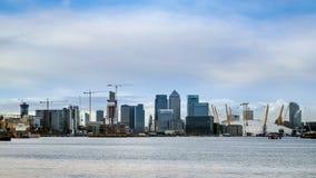 ЛОНДОН - 10-ОЕ ЯНВАРЯ: Взгляд современных зданий в районах доков Lo Стоковые Изображения