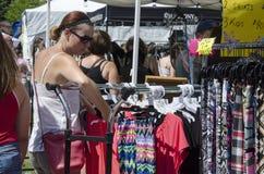 Лондон Онтарио, Канада - 10-ое июля 2016: Неопознанное shopp женщин Стоковые Изображения