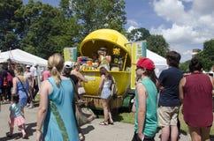 Лондон Онтарио, Канада - 10-ое июля 2016: Стойл лимонада с peop Стоковые Фотографии RF