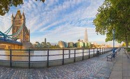 Лондон - панорама берега реки Темзы, моста башни и черепка от прогулки в свете утра Стоковое фото RF