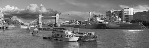 Лондон - панорама моста башни, берега реки и крейсера Белфаста в свете вечера Стоковые Фотографии RF