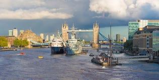Лондон - панорама моста башни, берег реки в свете вечера с драматическими облаками Стоковые Изображения RF