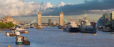 Лондон - панорама моста башни, берег реки в свете вечера Стоковое фото RF