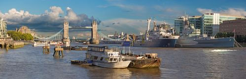 Лондон - панорама моста башни, берег реки в свете вечера Стоковые Фото