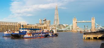 Лондон - панорама моста башни, берег реки в свете morinig Стоковое Фото