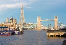 Лондон - панорама моста башни, берег реки в свете morinig Стоковое фото RF