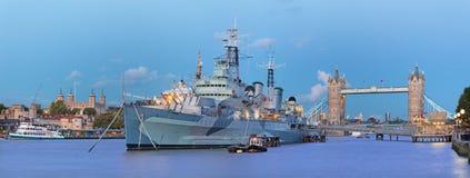 Лондон - панорама моста башни и крейсера Белфаста на сумраке Стоковое фото RF