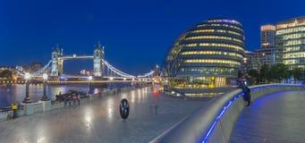 Лондон - панорама моста башни, прогулка с современным зданием ратуши на сумраке Стоковые Фотографии RF