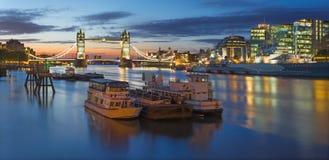 Лондон - панорама с мостом башни, берег реки в сумраке утра Стоковая Фотография RF