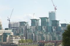 ЛОНДОН - СЕНТЯБРЬ 2016: Здания Лондона от моста Vauxhall Стоковое Фото