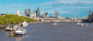 Лондон - panoramatic взгляд города с небоскребами в центре Стоковое фото RF