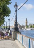 Лондон Southbank смотря к большому Бен через Темзу Стоковое Изображение
