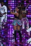 ЛОНДОН, АНГЛИЯ - 2-ОЕ ДЕКАБРЯ: Певица Ariana большое выполняет во время модного парада 2014 Виктории секретного Стоковое Изображение RF