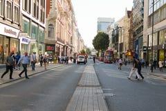 Лондон, Англия, Великобритания - 30-ое августа 2016: Улица Оксфорда пешеходов перекрестная Стоковая Фотография RF