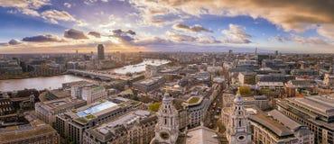 Лондон, Англия - панорамный взгляд горизонта центрального Лондона Стоковые Изображения RF