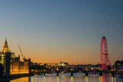Лондон-большое Бен и Лондон наблюдают на ноче Стоковые Изображения