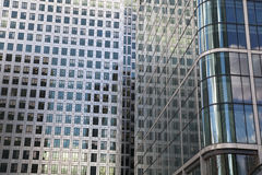 ЛОНДОН, Великобритания - КАНЕРЕЕЧНЫЙ ПРИЧАЛ, здания 22-ое марта 2014 современные стеклянные Стоковые Фотографии RF