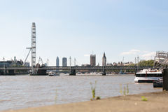 Лондон, Великобритания - 30-ое августа 2016: Взгляд глаза Лондона и моста Hungerford Стоковая Фотография RF