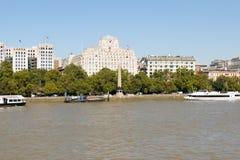Лондон, Великобритания - 30-ое августа 2016: Взгляд обваловки Виктории на реке Темзе с иглой Cleopatra в середине стоковая фотография rf