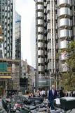 Лондон, Великобритания - 31-ое августа 2016: Неопознанные люди идя работать в районе Лондона финансовом Стоковые Изображения
