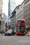 Лондон, Великобритания - 31-ое августа 2016: Частные машины и шина Стоковое Изображение RF