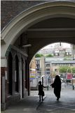 Лондон: мать и ребенок государственного жилого фонда Стоковые Фотографии RF