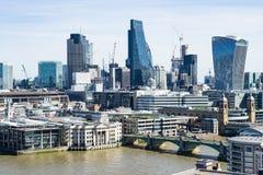 Лондон - 30-ое марта: Горизонт финансового района Лондона городской с рекой Themse 30-ого марта 2017 Стоковые Изображения RF