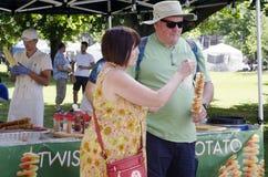 Лондон Онтарио, Канада - 16-ое июля 2016: Неопознанное eati людей Стоковые Изображения RF