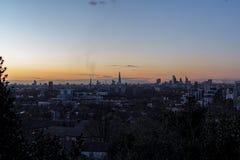Лондон, рискованное предприятие, чистое яркое небо, заход солнца Стоковые Фотографии RF