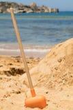 Лопата Sandy на среднеземноморском пляже Стоковая Фотография RF