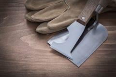 Лопатка bricklaying ножа палитры и поднимающие вверх кожаных перчаток близкие соперничают Стоковая Фотография RF