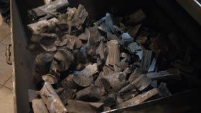 Лопаткоулавливатель пожарного бросает уголь в печь Пламена и красный гриль Аргентины тлеющих углей Подготовка огня и гриля для сток-видео