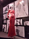 Лорд & Тейлор, 5-ый бульвар, популярное окно универмага NYC, модная официально носка, центр города Манхаттан, Нью-Йорк, NY, США Стоковые Фото