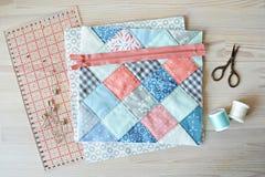 Лоскутное одеяло и шить поставки на деревянном столе стоковые фото