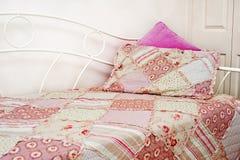 Лоскутное одеяло на кровати Стоковое Фото