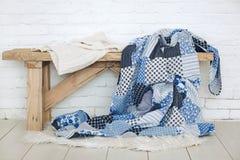 Лоскутное одеяло на деревенском стенде Стоковая Фотография