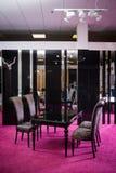 Лоск черноты цвета деревянного стола таблица сделанная темного деревянного классического стиля Таблица классической сюиты кухни с Стоковое Фото