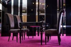 Лоск черноты цвета деревянного стола таблица сделанная темного деревянного классического стиля Таблица классической сюиты кухни с Стоковое Изображение RF