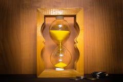 Лоснистые прежние часы стоя с монетки Стоковая Фотография