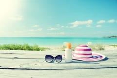 Лосьон и солнечные очки Солнця Стоковое фото RF