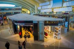 ЛОС-АНДЖЕЛЕС, EEUU, 29-ОЕ ЯНВАРЯ 2018: Неопознанные люди идя близко к много магазинов внутри авиапорта Лос Стоковые Фотографии RF
