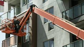 ЛОС-АНДЖЕЛЕС, КАЛИФОРНИЯ, США - 31-ОЕ МАЯ 2014: Рабочий-строители проверяют новую разработку в городском Лос-Анджелесе, 4K, UHD Стоковые Изображения RF