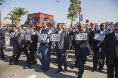 Лос-Анджелес, Калифорния, США, 19-ое января 2015, 30-ый ежегодный младший Мартин Лютер Кинга Парад дня королевства, люди держит ж Стоковое Фото