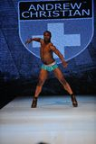 Лос-Анджелес - 12-ое марта: Мыжская модель гуляет взлётно-посадочная дорожка на модный парад 2013 зимы падения Андрюа христианский Стоковая Фотография