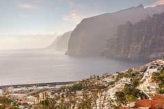 Лос Gigantes прибрежный город расположенный в муниципалитете Сантьяго del Teide в Канарских островах Тенерифе, Испании стоковые фотографии rf