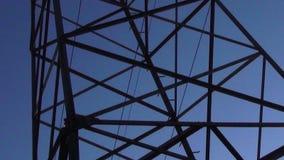 Лоток башни электричества медленный и просигналить вне от конца пирофакела солнца до башни видеоматериал