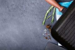 Лоток гриля с condiment Стоковая Фотография